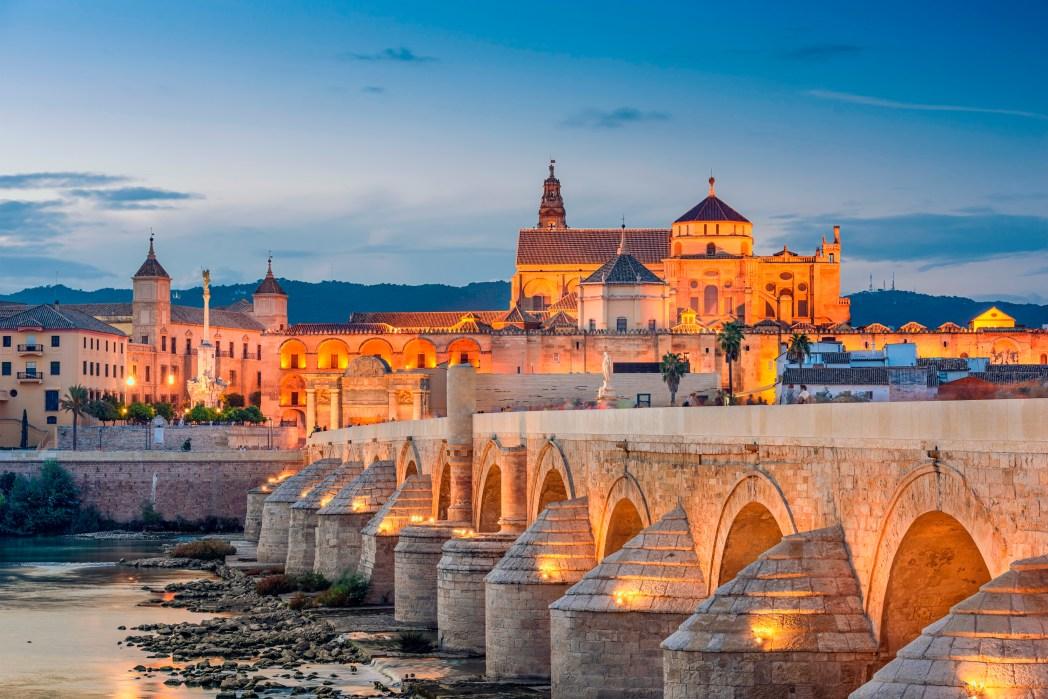 Senja di jembatan dekat Mezquita de Cordoba