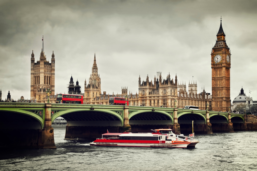 Pemandangan Big Ben dan River Thames di London, Inggris