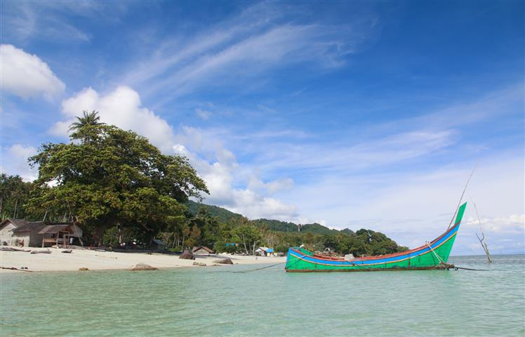 pantai-pasir-putih-pulau-weh-sabang-banda-aceh-sumatera-indonesia-skyscanner